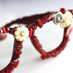 Bejeweled Rose-Colored Glasses Turn an old pair of glasses into a fun piece to adorn a bookcase OR your face! Diy Projects To Try, Crafts To Do, Craft Projects, Arts And Crafts, Craft Ideas, The Chic Site, How To Make Rose, Rose Colored Glasses, Diy Clothing