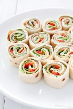 Mini wraps with ham and cheese. Mini wraps with prosciutto cheddar paprika lettuce and cream cheese. (in Polish) Mini Appetizers, Cheese Appetizers, Finger Food Appetizers, Finger Foods, Appetizer Recipes, Roll Up Sandwiches, Pinwheel Sandwiches, Pinwheel Recipes, Cream Cheese Recipes