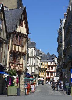 Le centre-ville de #Vannes avec ses jolies maisons à colombage. #Morbihan, #Bretagne.