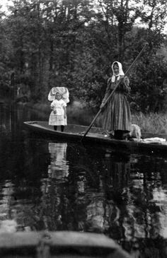 Spreewald: a woman with quite a young child in a wonderful headdress, from the 1930s
