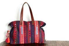 Découvrez l'histoire d'un sac ethnique Akha, un sac main fait par les ethnies et tribus Akha de Birmanie, de Thailande, conseils de mode pratiques.