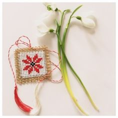 martisor cusut colul morii Decor Crafts, Diy And Crafts, Paper Crafts, Folk Embroidery, Embroidery Designs, Santa Crafts, Bracelet Crafts, All Craft, Projects To Try