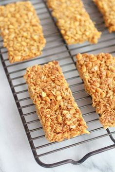 Just Like Nature Valley's Oats 'n Honeys Bars….Actually they copycat Nature Valley Oats 'n Honey Bars- Copycat in the sense that there are still CRUMBS EVERYWHERE but not as sweet as the processed ones. Still good for a snack. Granola Barre, Healthy Snacks, Healthy Recipes, Healthy Granola Bars, Homemade Granola Bars, Crunchy Granola Bars Recipe, Healthy Breakfasts, Protein Snacks, High Protein