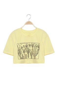 Camiseta cropped amarela com estampa de cactos. Clique e saiba mais!