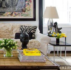 Cómo decorar la mesa de centro en el salón con libros y flores