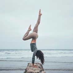 Yoga is a sort of exercise. Yoga assists one with controlling various aspects of the body and mind. Yoga helps you to take control of your Central Nervous System Yoga Inspiration, Fitness Inspiration, Pranayama, Yoga Handstand, Handstands, Fitness Outfits, Photo Yoga, Yoga Fitness, Health Fitness