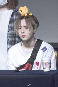 He looks uncomfortable ☹️ K Pop, Oppa Gangnam Style, Im A Loser, E Dawn, Triple H, Fans Cafe, Cube Entertainment, Best Couple, Im In Love