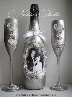 Decorative Bottles : Dekorative Flaschen: -Lesen Sie mehr – This image has get Decorated Wine Glasses, Painted Wine Glasses, Decorated Wine Bottles, Wedding Bottles, Wedding Glasses, Wine Bottle Art, Wine Bottle Crafts, Beer Bottle, Bottles And Jars