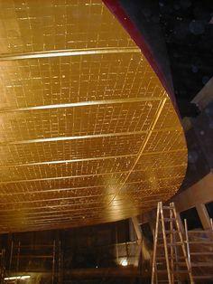 Forgyldning operaen. Loftet skinner i rent guld. The Opera House in Copenhagen the ceiling in pure gold.
