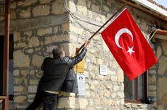 Gelibolu Yarımadası'nda yer gök kırmızı beyaz olacak. Gelibolu Yarımadası, Şehitleri Anma Günü ve Çanakkale Deniz Zaferi'nin 101. yılı dolayısıyla yarın yapılacak törenler için Türk bayraklarıyla donatıldı.