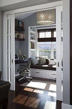 leuk kantoor met opslaande deuren en raambankje