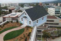 世界一デンジャラスなスイート・ホーム! 煙突つきで水色の、夢みたいにカワイイおうちですが、よく見ると立地が悪夢 […]