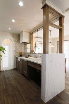 ナチュラルテイストのかわいいキッチン。ラウンドさせた下がり壁の奥はパントリー&勝手口へとつながっています。