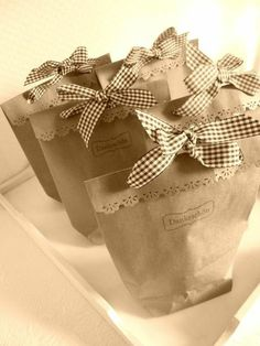 Use decorative pinking sheers to edge a paper bag and add a bow. Craft Gifts, Diy Gifts, Present Wrapping, Wrapping Ideas, Soap Packaging, Bakery Packaging, Paper Gift Bags, Brown Paper Packages, Kraft Paper