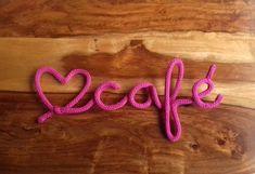 Amo Café em tricotin, para deixar qualquer cantinho mais bonito! Para pendurar na parede Cor da linha: Pink