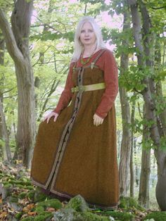 I've never seen an apron dress split down the front and re-fastened like a coat before.  This one's from a German commercial site that sells to reenactors.