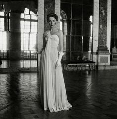 Model wearing a gown by Madame Gres, Madame Gres, Dark Noir, Retro Fashion, Vintage Fashion, Silk Gown, Foto Art, White Gowns, Mode Vintage, Vintage Style