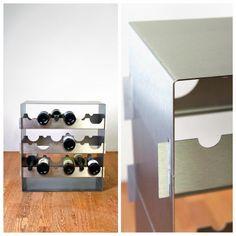 Grand Cru – Weinregal, EdelstahlGrand Cru 3er Turm, für 18 Flaschen  Genuss von zwei Seiten.Organisiert den Weinvorrat, wächst mit seinen Aufgaben.  Die Funktion des Flaschengestells ergibt sich aus der Formgebung. Die abwechselnd im Material ausgesparten halben Flaschenhälse und -bäuche erzeugen das frontale Sichtmuster, welches das Erscheinungsbild prägt.
