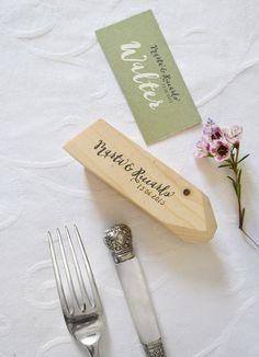 I segnaposto o segnatavolo Wood&cut sono gemme ornamentali in abete naturale tagliate e dipinte a mano. Per una tavola unica abbinali ai nostri portacandele o portafiori. Sono perfetti come bomboniera per gli ospiti. Possono essere personalizzati sul retro con il nome e la data dellevento