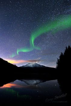 Northern Lights over Mount Hood | Flickr - Gary Randall
