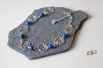 girocollo di roselline in argento 925 lavorate a mano e perle di lapislazzuli