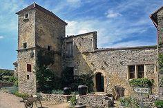 En raison de position stratégique entre Dijon et Autun, Châteauneuf s'est doté d'une forteresse au XIIe siècle. Cette construction côtoie les anciennes demeures de riches marchands du XIVe au XVIe siècle. Depuis le belvédère du village, vous aurez une vue panoramique sur la campagne bourguignonne.