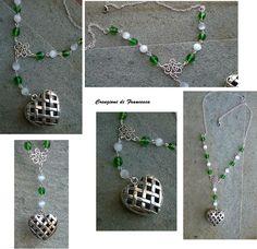 La collana è assemblata a mano: cristalli, catena argentata e chiusura a moschettone.