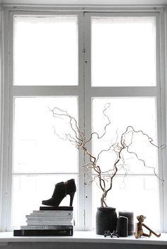 stilleben-indretning-bolig-boligstylist-sort-hvid-vindueskarm.jpg (530×789)