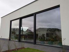Nieuwbouw vrijstaande woning – Ypsilon architecten, grote raampartij - driedelig schuifraam - witte crepi