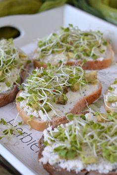 Sajtkrémes-avokádós-csírás szendvics recept Avocado Toast, Sandwiches, Picnic, Paleo, Food And Drink, Mexican, Cooking, Breakfast, Ethnic Recipes