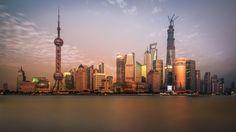 中国、上海 > いかにも中国の未来都市という感じの街だ。大気汚染がもう少し少ないともっといいのだが。Photo by David D via 500px.