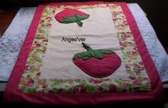 Trilho de mesa em piquet com tecido de morangos na lateral, forrado e com manta. O trilho tem 89,5 de comprimento e 48 cm de largura. R$45,00