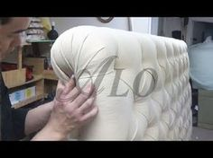 BEST instruction so far. Especially the way he does the corner folds. DIY-HOW TO UPHOLSTER A TUFTED HEADBOARD. LAURA L. - ALOWORLD - YouTube