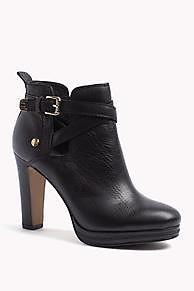 Este modelo es parte de la colección de calzado para mujer de Tommy Hilfiger<br/>Parte superior: Piel<br/>Forro: Tela<br/>Talón: Piel<br/>Suela: Goma <br/>Detalles: Remache con logo en el tacón y piezas metálicas doradas