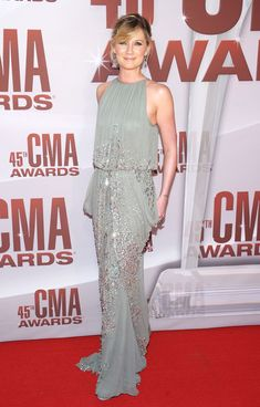 I have no idea who Jennifer Nettles is but she looks outstanding in this embellished, gray chiffon Naeem Khan evening gown with a drop-waist.