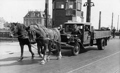 1940. Due to fuel shortages people had to resort to horse drawn trucks for transportation of goods. In the photo a horse drawn truck at the Berlagebrug in Amsterdam. Photo SERC #amsterdam #1948 #Berlagebrug #worldwar2