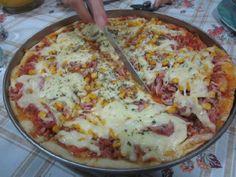 A Massa de Pizza Fácil com 3 Ingredientes vai te surpreender pela praticidade e sabor. Recheie a seu gosto e tenha uma pizza quentinha e saborosa a hora qu