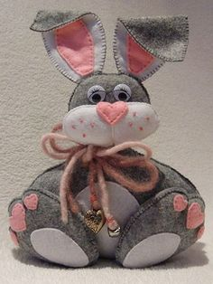 Coelho da páscoa em feltro | TV Artesanato Passo a Passo Easter Crafts, Felt Crafts, Happy Easter, Easter Bunny, Hobbies And Crafts, Arts And Crafts, Felt Ornaments, Christmas Ornaments, Valentine Day Wreaths