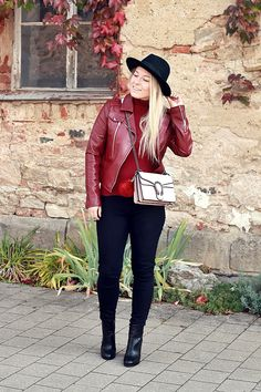 burgundy leather jacket, black skinny jeans & fedora hat,outfit, fashionblogger, fashionblogger deutschland, german blogger, blogger, autumn outfit, autumn look, fashionkitchen, fashion kitchen, blonde blogger, herbst, fall, Outfit:  dunkelrote Lederjacke - Orsay* (ähnliche hier, hier und hier)  dunkelroter Rollkragen Pulli - Orsay* (ähnliche hier, hier und hier)  schwarze skinny Jeans - New Yorker (ähnliche hier, hier und hier)  schwarze Stiefeletten - Orsay* (ähnliche hier, hier und hier)…