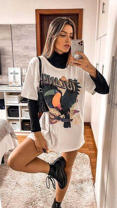 30 produções para você testar em março - Guita Moda T-shirt with cutting, V-neck and knot on the front - German romwe# Printed # Leather jacket Echo Club House on. Cute Casual Outfits, Retro Outfits, Basic Outfits, Girly Outfits, Dress Casual, Mode Outfits, Fashion Outfits, Party Fashion, Fashion Shoes