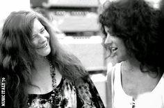 Janis Joplin chatting to Grace Slick backstage at Woodstock. Janis Joplin, Grace Slick, Paul Stanley, Gene Simmons, Beatles, Jorge Martinez, Big Brother, Nostalgia, Rock Queen