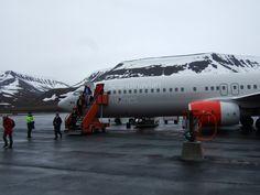 AEROPORTO DI SVALBARD: Infine, c'è l'aeroporto norvegese di Svalbard, che ha la peculiarità di essere costruito in permafrost e ghiaccio. Il rischio è che la pista si sciolga e si trasformi in una pozzanghera: per evitarlo, sono stati progettati dei sistemi di raffreddamento specifici. Certo è che atterrare tra le nevi deve essere fantastico.