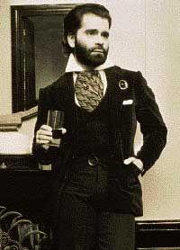 Karl Lagerfeld portant la barbe en 1973.