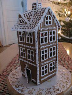 Vanhaa henkeä huokuva piparkakkutalo on tehty valmiita kaavoja käyttäen. - by Outi -- Piparkakkutalo, Joulu, Gingerbread house, Christmas