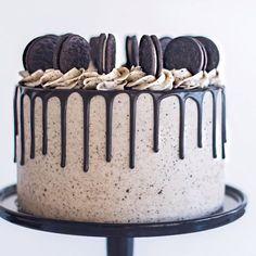 Oreo Chocolate Cookies n Cream birthday cake recipe! Chocolate cake, Oreo & chocolate ganache filling, topped with a mountain of Double Stuf Oreos! Cake Decorating Frosting, Cake Decorating Videos, Cake Decorating Techniques, Oreo Cake Recipes, Dessert Recipes, Gateau Aux Oreos, Professional Cake Decorating, Chocolate Oreo Cake, Oreo Cookie Cake