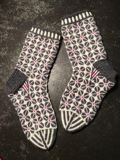 79/2018 Knitting Socks, Knit Socks, Knitting Projects, Knitting Ideas, Mittens, Knit Crochet, Slippers, Stitch, How To Make