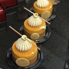 WEBSTA @ johanmartinofficial - Petits gateaux Blue Mountain Dacquoise aux eclats de noisettes du Piémont Crémeux chocolat lait/café Mousseux intense au café Chantilly Noisette #gateau #instagood #instadaily #dessert #pastry #paris #