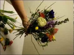 In aufregenden Farben und Blütenkombinationen ist er ein besonderer Blickfang. Advertise Here, Table Centerpieces, Table Decorations, You Are Awesome, Floral Arrangements, Beautiful Flowers, Christmas Wreaths, Bouquet, Nice People