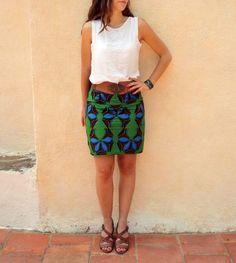 Un tutoriel pour réaliser un basique : la jupe droite en wax. Patron et explications gratuits, parfait pour les débutantes en couture ! Plus