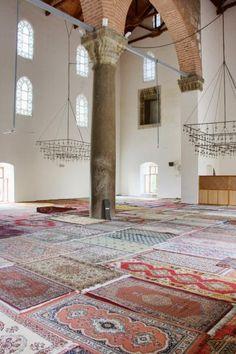 prayer room+layered carpets Salle de prière de la mosquée Isa Bey